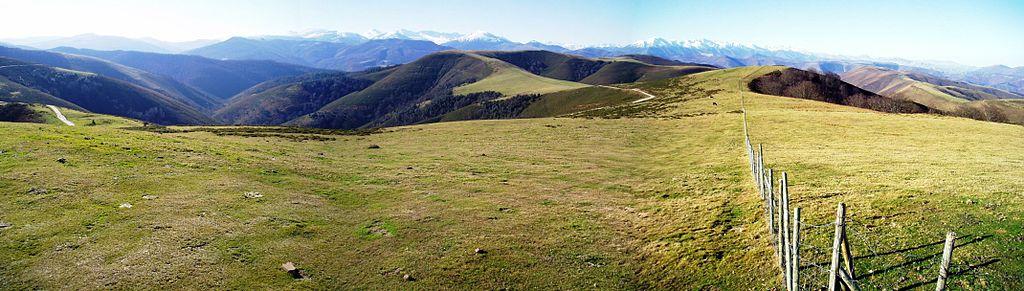 Brañas of bergweide. Op achtergrond toppen vd Picos de Europa. Tordías piek (968 m). Arenas de Iguña.
