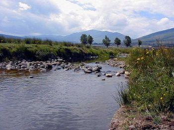 De rivier Camesa passeert Santa Olalla