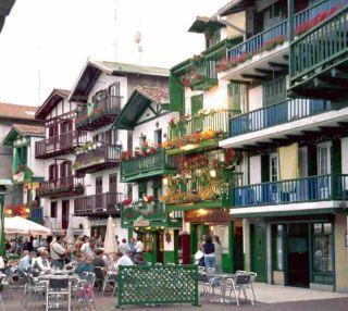 Typisch Baskische huizen in Fuenterrabia.
