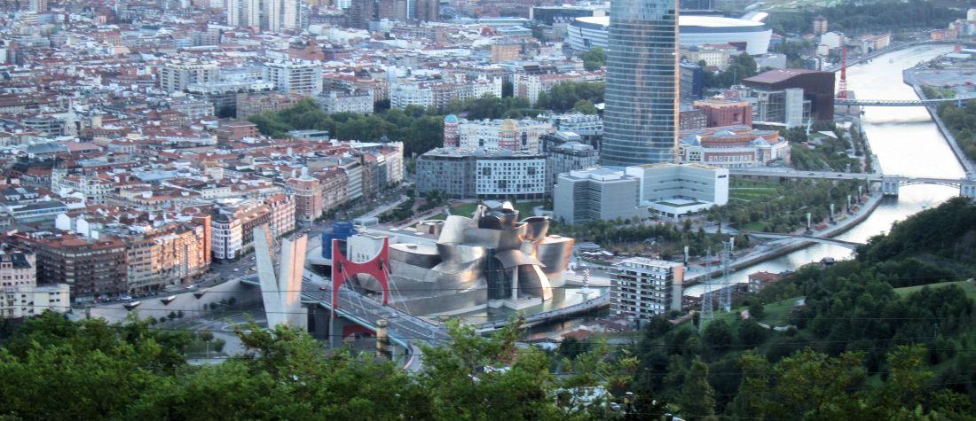 Op de voorgrond het Ggugenheim museum met rechts daarachter de Torre Iberdrola, Bilbao.