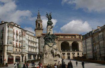 Plaza de la Virgen in Vitoria. Het monument voor de Slag van Vitoria, tijdens de Spaanse Onafhankelijkheidsoorlog.