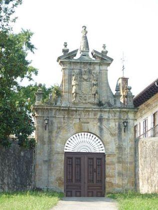 De poort met het wapen van de Solar de los Cuetos, in Sobremazas. (Medio Cudeyo).