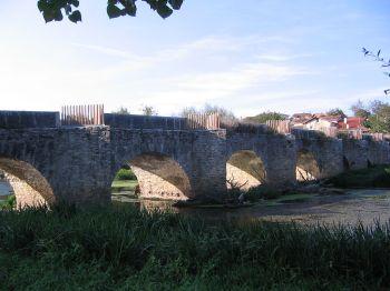 De romaanse brug de Trespuentes die leidt naar de Romeinse stad Iruña-Veleia in Iruña de Oca.