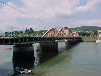 De Puente de Treto tussen de dorpjes Adal /Trento en Colindres. De controverse die de bouw omringde veroorzaakte het verlies van de politieke hegemonie van het district Laredo-Castrovan wat betreft de Partido Liberal.