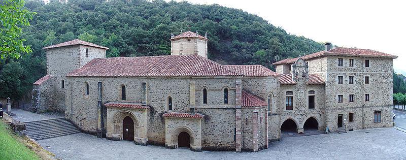 Het klooster van Santo Toribio de Liébana, belangrijk centrum voor de christelijke bedevaart sinds de Middeleeuwen. Het bewaart het Lignum Crusis en Beatus, geschreven in de 8 eeuw, het bekende commentaar van Johannes op de Apocalyps
