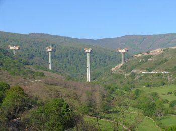 Grote communicatie-infrastructuren in Cantabria hebben ook een grote technische en ecologische complexiteit als gevolg van de enorme reliëfverschillen. Met zijn 145 meter is het viaduct van Montabliz van de A-67 de hoogste brug in Spanje.