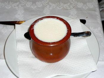 Cuajada, opgediend in een traditioneel keramisch potje.
