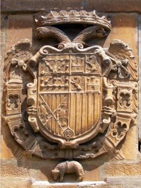Het schild van Carlos I in de muur van Viana, met het wapen van Navarra op een voorkeursplaats.