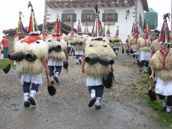 Zanpantzar. De aankondiging van het carnaval van Navarra (laatste week van Januari).