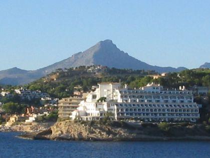 Uitzicht op de naai van Santa Ponsa met de Puig de Galatzó op de achtergrond.