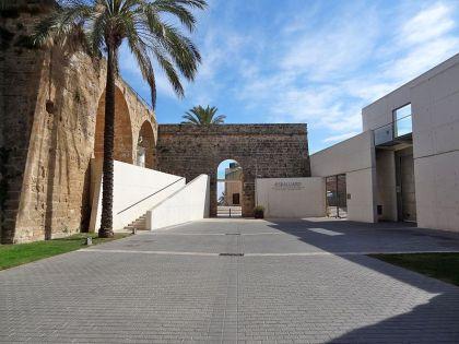 Ingang van het museum van Es Balaurd. Dit museum is gebouwd tegen de bastions van de oude stadsmuren.