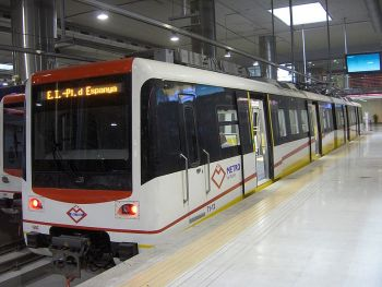 De metro van Palma lijn 1, in het station Intermodal, Plaza España,
