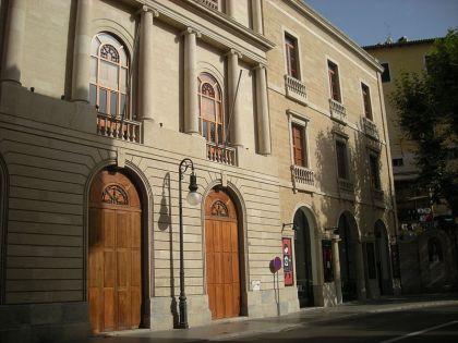 Voorgevel van het Teatro Principal, waar de Ramblas op uitkomt. Een paar meter verderop vindt men de oudste nog actieve broodoven van de stad.