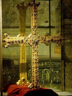 Het Cruz de la Victoria, hier tentoongesteld in de Camara Santa (Kathedraal van Oveido).
