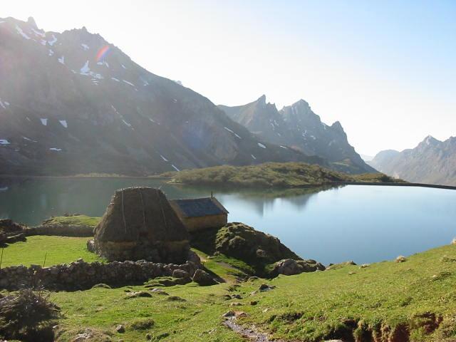 Afbeelding van het Lago de Valle (Someido), waarop een teitos (vroegere Asturische woning) te zien is.