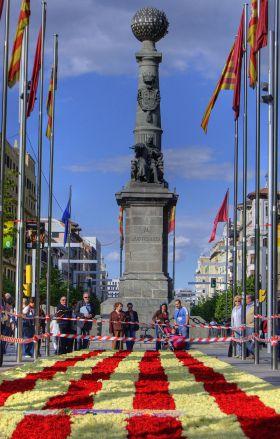 Het Plaza de Aragón in Zaragoza. op de dag van San Jorge, met een bloementapijt in de kleuren van de vlag van Aragón.