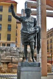 Augustus van Prima Porta, met achter hem resten van de Romeinse muur van Zaragoza.