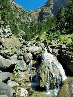 De waterval van Cotatuero, het zelfde gebied als de voorgaande foto maar vanuit een ander dal gezien.
