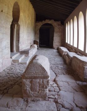"""Het klooster van San Millán met de Portaliello de Gonzalo de Berceo met de sarcofaag van de """"Siete infantes de Lara"""", een middeleeuwse legende, en drie koningen van Navarra."""