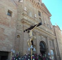 Stille processie in de Semana Santa Galagurritana met de kerk van SanFrancisco op de achtergrond.