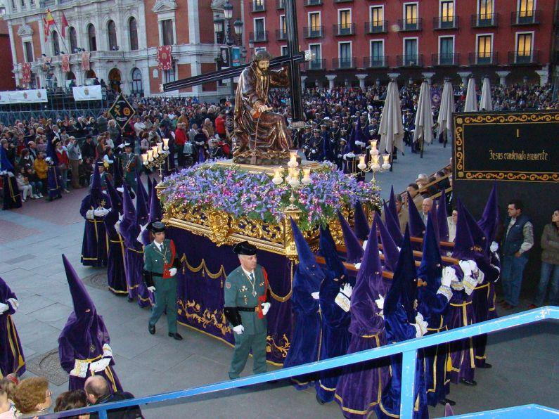 Foto met daarop een deel van de processie van de Semana Santa van Valladolid. Te zien zijn het religieuze broederschap ( cofradía ) van Jezus Nazerine tijdens de processie van de Heilige Woensdag genaamd Processie Via Crucis op weg naar het centrale plein. Beeld van Jesus Nazerine door de Castiliaanse School, vóór 1662. Het wordt toegeschreven aan Alonso de Rozas, Pedro de la Cuadra en Juan Antonio de la Peña, maar er zijn geen documenten om het te bewijzen.