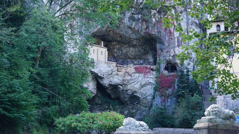 Foto van de heilige grot van Covadonga. (Een natuurlijke grot in de bergen van Covadonga.