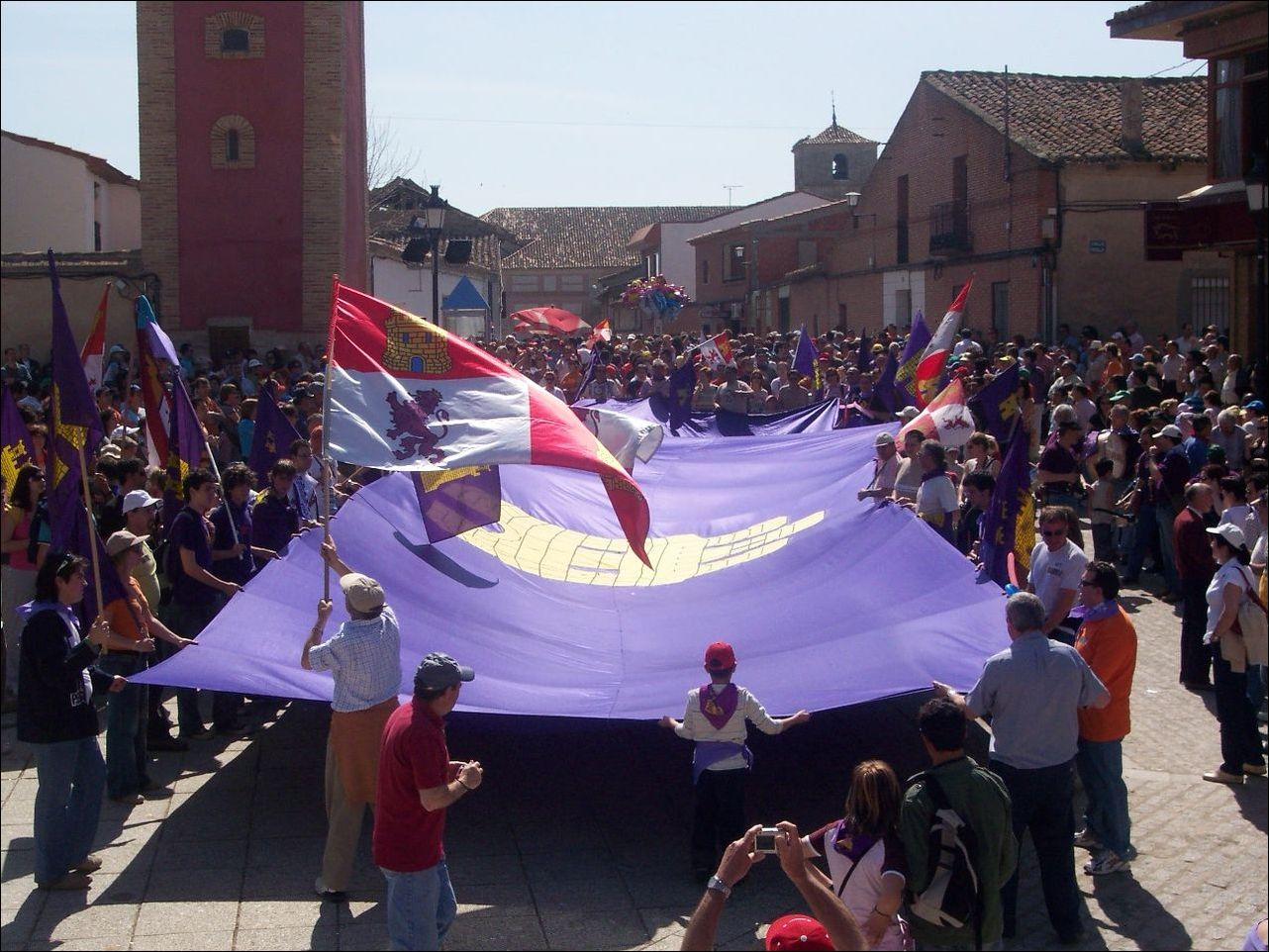 Pendón_gigante_en_la_Plaza_Mayor_de_Villalar
